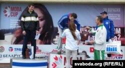 Аляксандра Герасіменя ўзнагароджвае Сяргея Шчурко за перамогу ў фіткросе