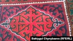 Один из ковров-шырдаков, который соткала из войлока Какеш Джумабай-кызы. 11 июня 2011 года.