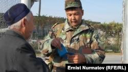 Кыргыз-өзбек чек арасындагы өткөрмө бекет. 2011-жыл.