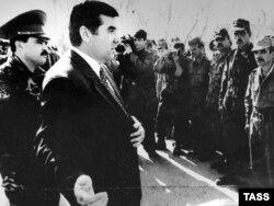 Президент Раҳмон бо ҳамроҳии сарҳанги шӯришгар Маҳмуд Худойбердиев (Акс аз бойгонӣ)