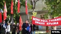 Сергей Шувайников обходит свои ряды - митинг начнется через 10 минут. Симферополь, 14 октября