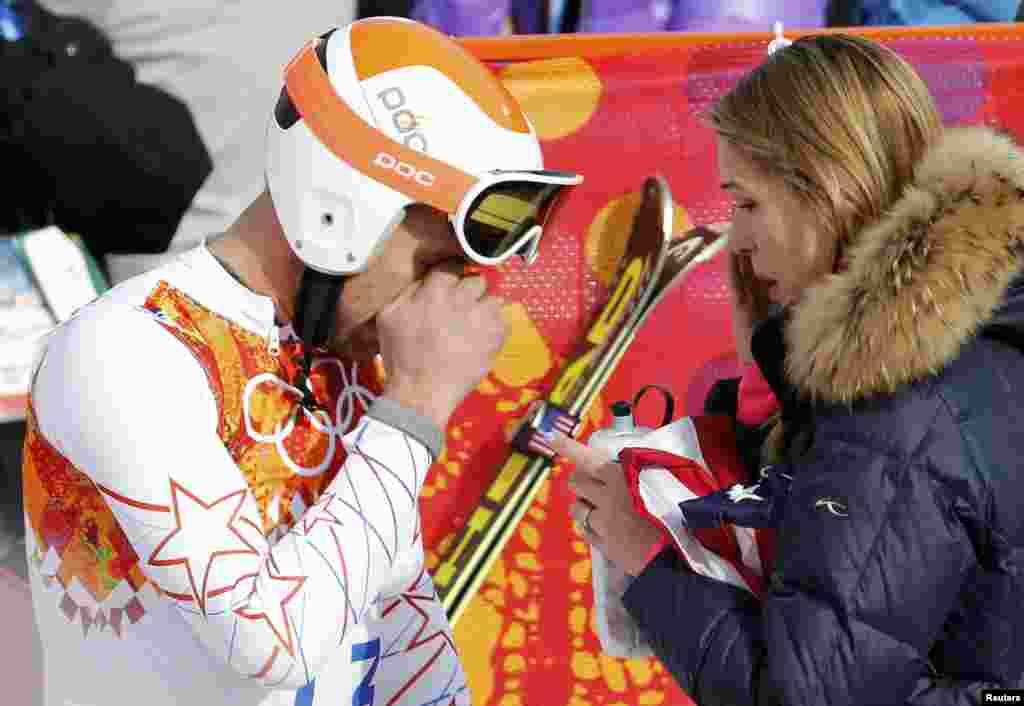 Лижник Боді Міллер (США) і його дружина Морґан Бек після закінчення змагання в супергігантському слаломі