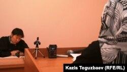 Свидетельница дает показания на суде по делу узбекских беженцев-мусульман. Алматы, 23 декабря 2010 года.
