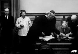 Падпісаньне пакту Молатава-Рыбэнтропа, 1939 год