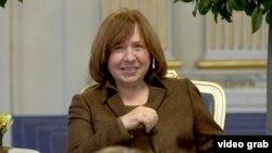 Светлана Алексиевич, барандаи ҷоизаи Нобел дар бахши адабиёт.