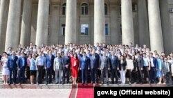 Фотография, сделанная у здания правительства после церемонии передачи полномочий премьер-министра. 17 июня 2020 года.
