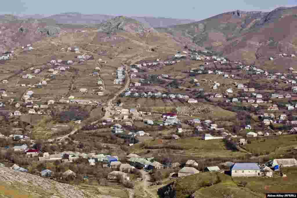 Gədəbəyin Miskinli çuxuru adlanan ərazisində yerləşən Miskinli kəndi.