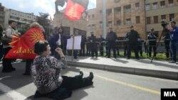 Архивска фотографија: Протест пред Собранието против законот за јазиците