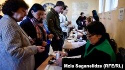 На одном из избирательных участков в Тбилиси, 28 октября 2018 года.