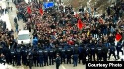 На 5 километри од граничниот премин Мердаре, во близина на Подујево, полицијата направи кордон и ги запре демонстрантите.