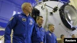 Российские космонавты Алексей Овчинин (третий слева), Олег Скрипочка (второй слева) и астронавт Национального космического агентства США (NASA) Джеффри Уильямс.