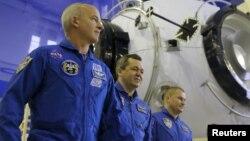 Ресей ғарышкерлері Алексей Овчинин (солдан оңға қарай) мен Олег Скрипочка және NASA астронавты Джеффри Уильямс.