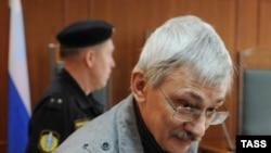 Это разбирательство длилось почти девять месяцев, приговор по делу будет оглашен 14 июня (На фото: правозащитник Олег Орлов в здании суда)