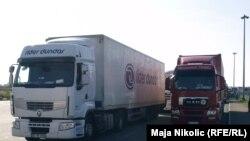 Pamje e kamionëve në kufirin ndërmjet Kroacisë dhe Serbisë