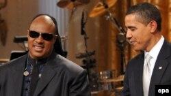 Стив Вандер жана Барак Обама музыканттын Ак үйдөгү концерти маалында. Вашингтон, 25-февраль, 2009-ж.