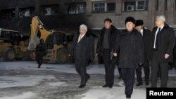 Президент Казахстана Нурсултан Назарбаев (второй справа) в Жанаозене. 22 декабря 2011 года.
