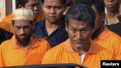 Police escort Umar Patek (left)