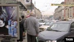Ждать автобуса москвичам часто приходится буквально внутри импровизированной автостоянки