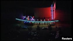 Здание кинотеатра, в котором произошла стрельба, Аврора, штат Колорадо