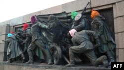 Monumentul armatei sovietice din centrul Sofiei cu măşti colorate, 17 august 2012.