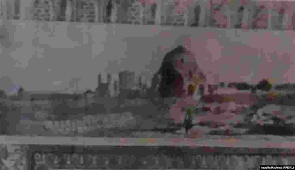 Mömünə Xatun türbəsinin çevrəsində olan bu tikinti kompleksi hazırda yoxdur və yalnız Yakobstalın fotosunda izləmək mümkündür