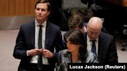 جیسون گرینبلت (راست) و جرد کوشنر در سازمان ملل