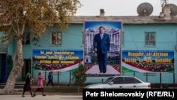 Портрет президента Таджикистана Эмомали Рахмона на здании в селе Фархор Хатлонской области.