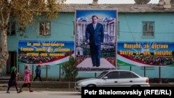 Тәжікстан президенті Эмомали Рахмонның көшеге ілінген үлкен суреті. Фархор кенті, Хатлон облысы.