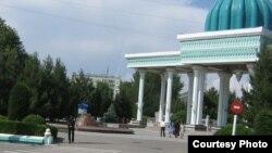Андижон шаҳридаги истироҳат боғининг кириш қисми