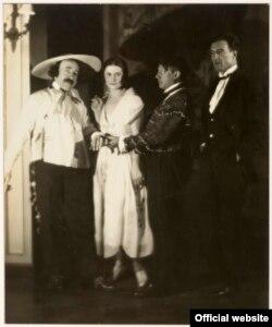 Man Ray, Ricardo Vinès, Olga cu Pablo Picasso și Manuel Angeles Ortiz la Balul contelui de Beaumont, Hôtel de Masseran, Paris, 1924