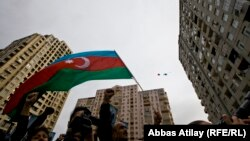 Azerbaýjanlylar döwlet baýdagyny galgatýarlar.