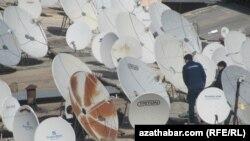 Geçen hepdäniň çarşenbe güni ýerli häkimiýetler tarapyndan ýaşaýjylaryň antennalaryndan öýlerindäki týunerlerine barýan kabeller kesilip başlandy.