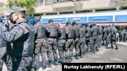 Сотрудники полиции, перекрывшие улицу. Алматы, 6 июня 2020 года.