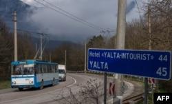 Троллейбус, идущий из Симферополя в Ялту