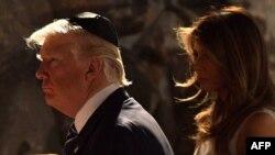 Президент США Дональд Трамп и его супруга Мелания Трамп посещают Музей Холокоста «Яд Вашем». Иерусалим, 23 мая 2017 года.