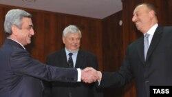 Президент Армении Серж Саргсян (слева) и президент Азербайджана Ильхам Алиев, Санкт-Петербург, РФ, июнь 2009 г.