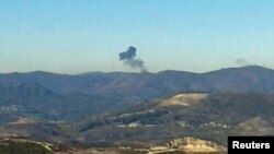 Облако дыма над местом падения российского Су-24 в районе турецко-сирийской границы. 24 ноября 2015 года.