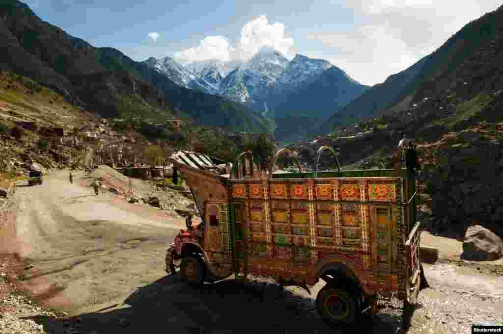 """Причудливо украшенные грузовики грохочут даже на самых отдаленных дорогах Пакистана. Этот """"звенящий грузовик"""" едет по шоссе в горной гряде Каракорум."""