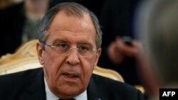 سرگئی لاوروف میگوید که مسکو در جنگ علیه تروریسم و برای حفظ یکپارچگی سوریه از اسد حمایت میکند.