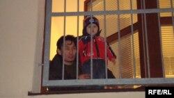 Қазақстан азаматы Самат Нұрғалиев пен оның 2 жасар ұлы босқындарды қабылдау орталығында. Вышни Лхоты ауылы, 1ақпан, 2009 жыл.