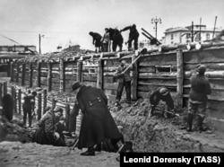 Москвичи участвуют в строительстве укреплений для защиты российской столицы в 1941 году.
