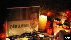 تصویر واتسلاو هاول در میان شمع و گل هایی که در کنار بنای یادبود انقلاب مخملی در پراگ گذاشته شده است.