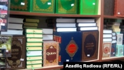 Религиозная литература, выставленная на продажу. Иллюстративное фото.