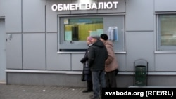 Belarus - In anticipation of the devaluation of the Belarusian ruble Minsk residents stand in line for currency in banks and actively buying household appliances in stores, 20Dec2014