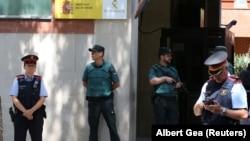 Барселона көшесінде тұрған Каталония аймақтық полиция қызметкерлері. Испания, 17 тамыз 2017 жыл.