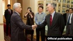 Министр иностранных дел Таджикистана Хамрохон Зарифи (слева) и посол США в Таджикистане Кен Гросс (справа). Душанбе, 18 ноября 2011 года.