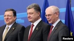 Президент Європейської комісії Жозе Мануель Баррозу, президент України Петро Порошенко та президент Європейської ради Герман Ван Ромпей