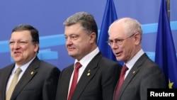 Ukrain prezidenti Petro Poroşenko Ýewropa komissiýasynyň prezidenti Jose Manuel Barroso (Ç) we Ýewropa geňeşiniň prezidenti Herman Wan Rompuy (S) bilen, Brýussel, 27-nji uýun, 2014.