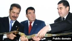 (çepden saga) Türkiýeli telekeçi Ahmet Çalyk, prezident Saparmyrat Nyýazow, şol wagtky saglyk ministri Gurbanguly Berdimuhamedow. Arhiw suraty
