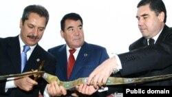 Бывший президент Туркменистана Сапармурат Ниязов (в центре), нынешний президент Туркменистана Гурбангулы Бердымухамедов (справа), занимавший при жизни Ниязова пост министра здравоохранения, и турецкий бизнесмен Ахмед Чалык.